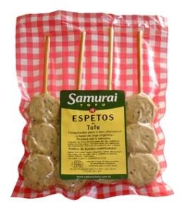 Espetos prontos de tofu, o queijo de soja, e leguminosas, complementam a nutrição necessaria.