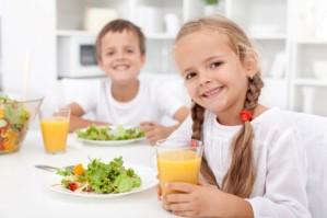 crianca-comendo-salada-620x413