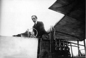 4ª falsidade: O 1º AVIÃO A VOAR NÃO FOI DOS NORTEAMERICANOS. A primeira pessoa a pilotar uma aparelho mais pesado do que o ar, pelos próprios meios, foi este senhor brasileiro da foto, sentado no seu 14Bis.