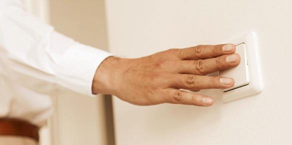 mão em interruptor