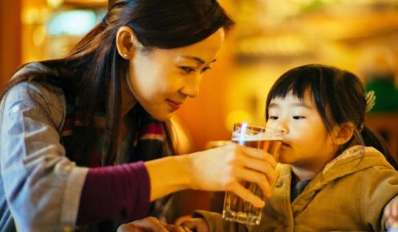 alcool-crianças-mae-oferecer